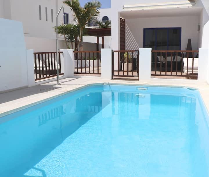 casa con piscina climatizada cerca del mar