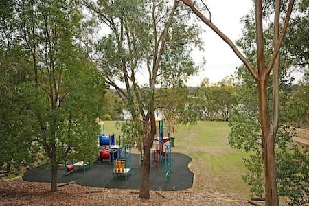 Best Location 4 travellers with river & park view! - Rivervale - Huis