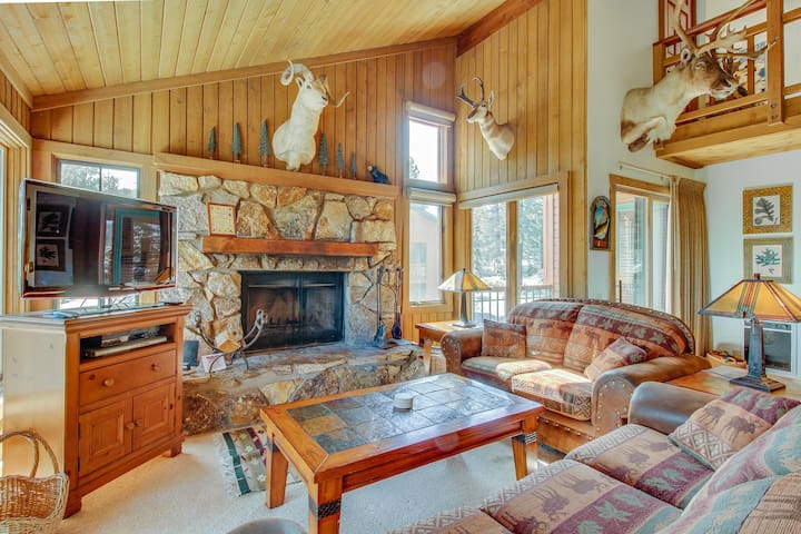 Large condo with shared hot tub/sauna/pool and spectacular views!