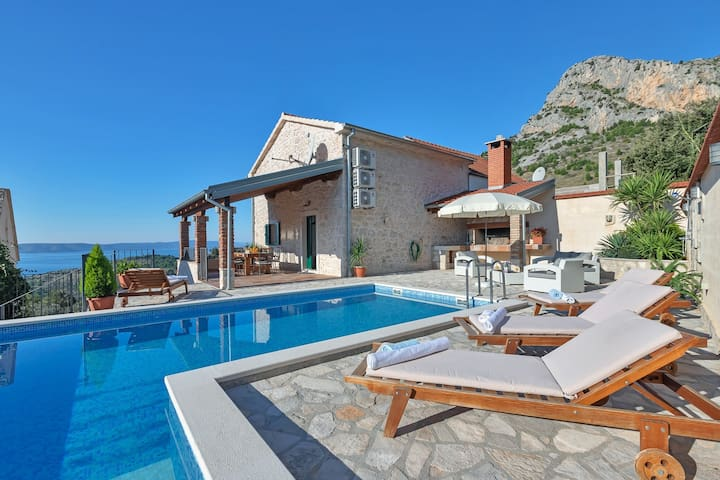 Villa Mia w/ heated pool & sea view