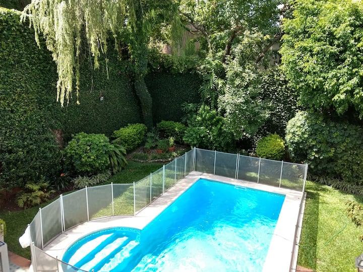 Cálida habitación single en casa con piscina
