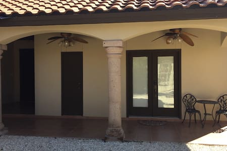 Guesthouse with Full Bathroom - Laredo - Ev