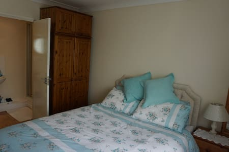 Ensuite king size double bedroom - Bathampton - 一軒家
