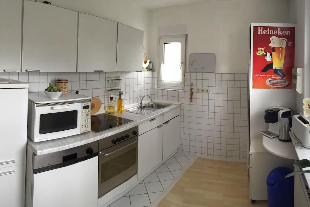 vollfunktionstüchtige Küche + Geräte (Ofen,Herd, Mikrowelle, Kühlschrank, Kaffeemaschine, Toaster, etc.)