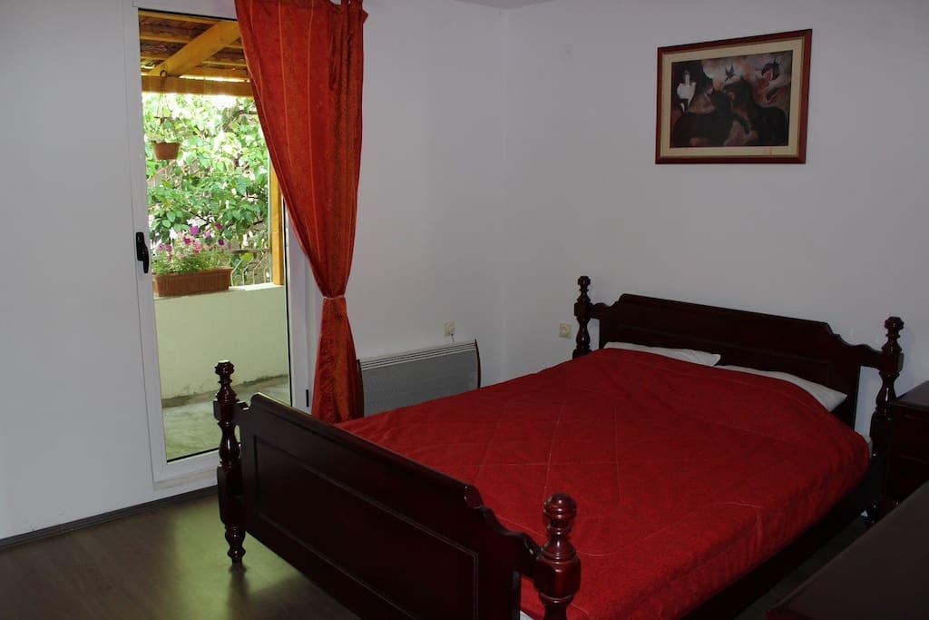 Спальная комната 1 с выходом на тенистую террасу
