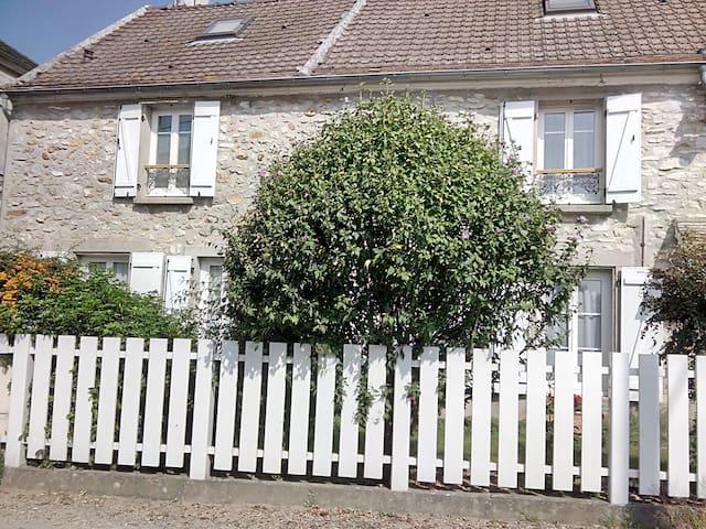 Maison de campagne agréable à vivre proche Disney - Armentières-en-Brie - Rumah