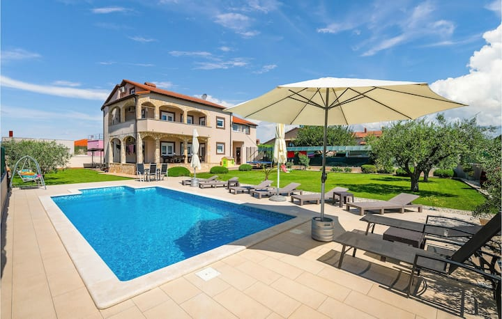 Amazing home in Pula with WiFi and 6 Bedrooms