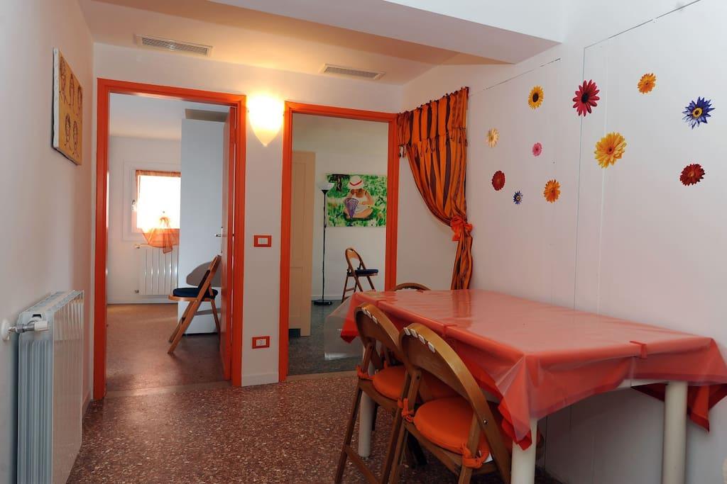 qui si trova l'entrata dell'appartamento dove c'è il tavolo da pranzo