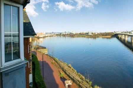 Comfy Cardiff Bay Flat With Water Views & WiFi - Cardiff - Lakás