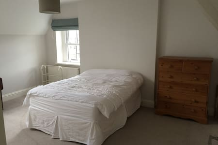 Comfortable bedroom(s) and bathroom in Penarth - Penarth - 獨棟