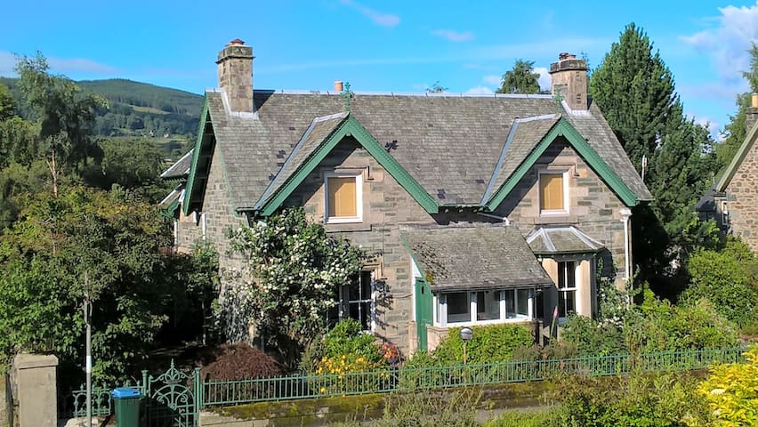 12% off March! GREAT central Victorian cottage