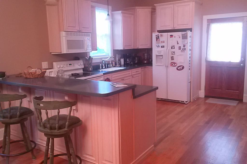 Full kitchen w/dishwasher, microwave, blender, coffee maker