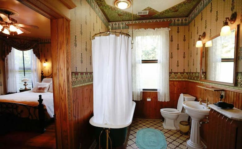 Spacious full private bathroom fit for... a President!