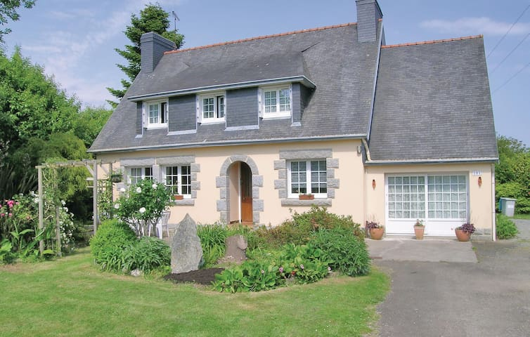 Holiday cottage with 4 bedrooms on 120 m² in Gouesnach
