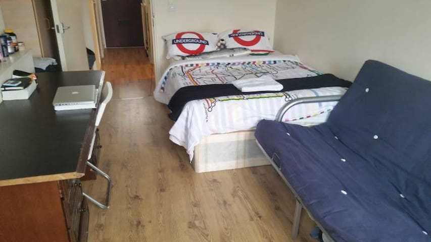 X Big Double Room with sofa Next to Vauxhall