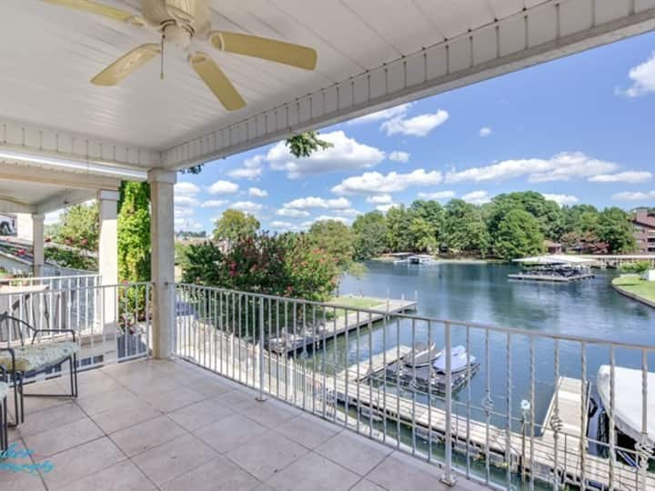 right on LAKE HAMILTON! SPACIOUS AND CLEAN! VIEW!!