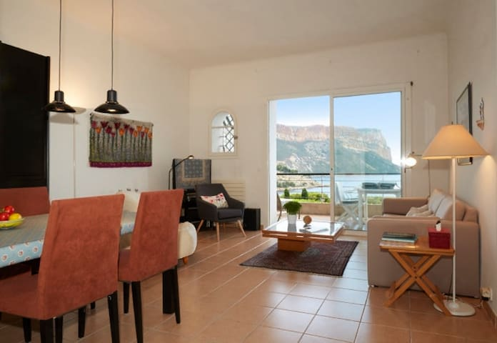 Living/Dining area with splendid view onto the Cap Canaille (terrace with dining table)