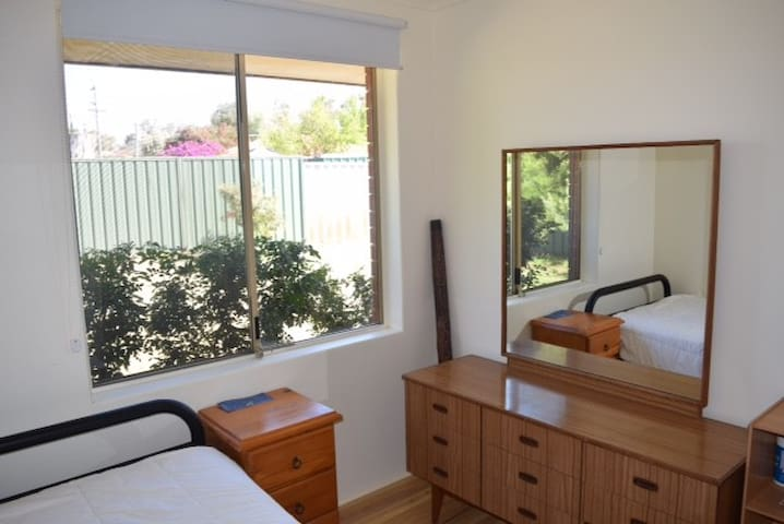 Clean, private room in quiet street - South Lake - House
