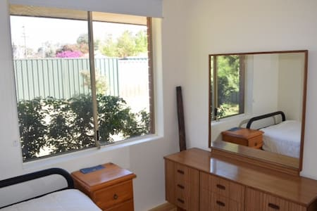Clean, private room in quiet street - South Lake
