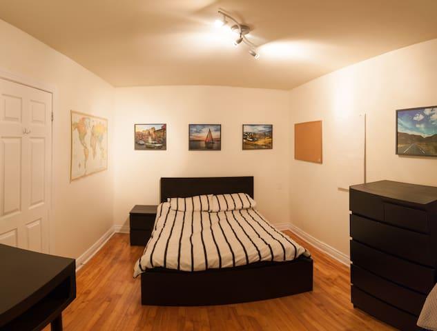 Large bedroom near Metro! - Montréal - Lejlighed