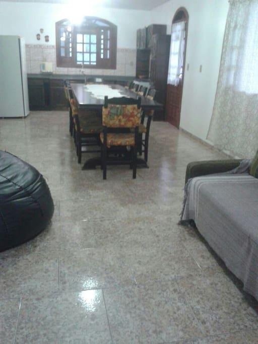 sala e cozinha conjugadas mas bem espaçoso!