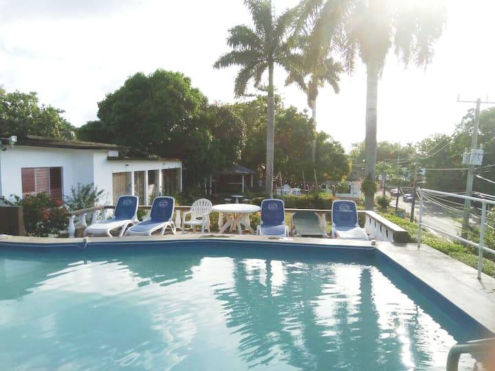 Ocho Rios🌟 pool, 🍴,🍻,local meet-up,hotwater