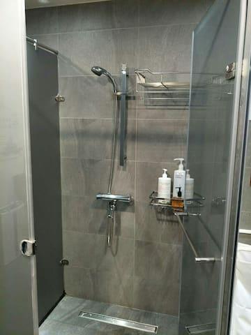 共用浴室,男女分開,男:3間,女:2間