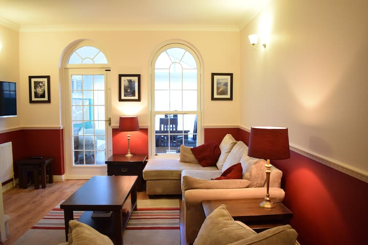 Stylish and Spacious 2-Bed By The Thames - London - House