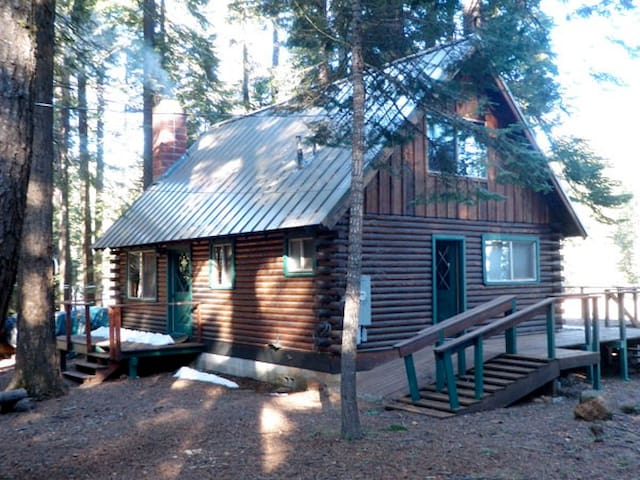 Lake Almanor living with this 3 bedroom log cabin. - Westwood - Hus