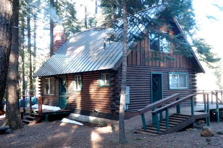 Lake Almanor living with this 3 bedroom log cabin. - Ház