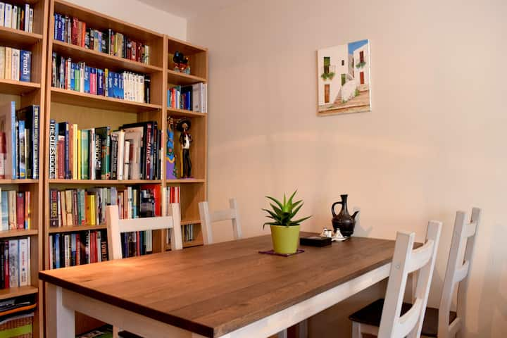 Charming & Colourful 2 Bed Flat in Stoke Newington