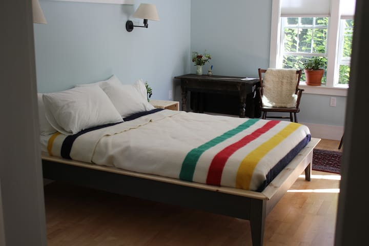 Private Room Walking Distance to Downtown Camden - Camden - Hus