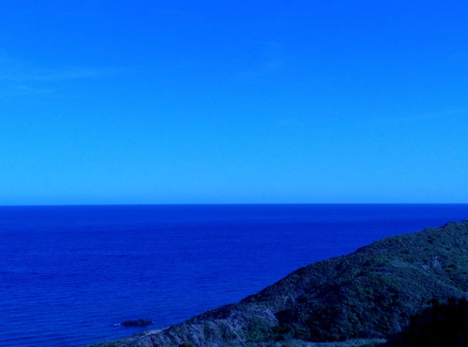 Desde la terraza puedes hacer fácilmente esta foto, el Mediterráneo te saluda a cada momento.