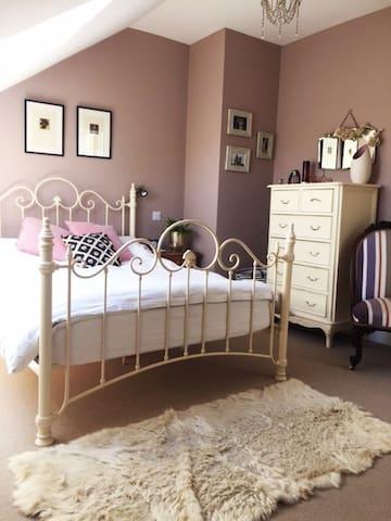 Large en-suite room in central Wotton-Under-Edge