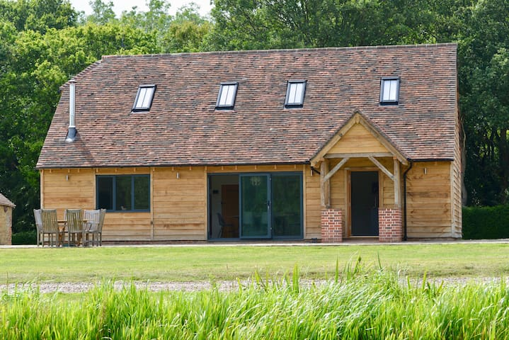Idyllic, brand new, high spec Cart lodge oxted