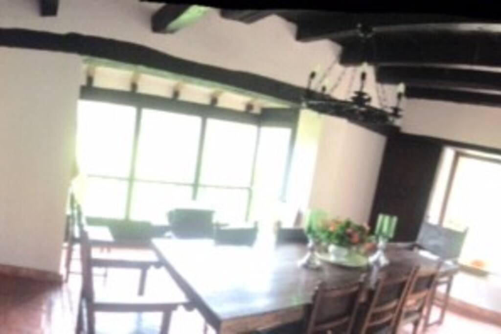 Comedor rodeado de ventanales