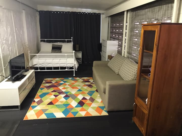 Cheap & Cheerful Studio Granny Flat - 2km to CBD