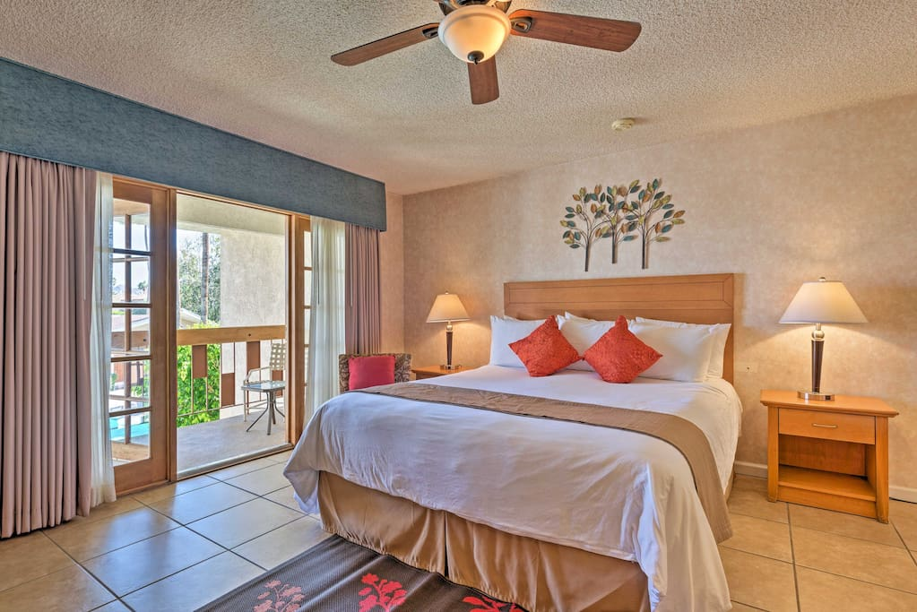 This unit comfortably sleeps 2 and has access to top-notch community amenities.