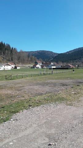 A 100 mètres de la maison  se trouve le début de la nature en plein village, idéal pour faire des ballades en sécurité avec les enfants en plein air pur.