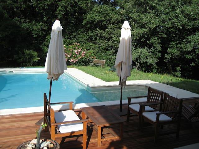 Maison spacieuse avec piscine, quartier calme - Saint Victor des Oules - วิลล่า