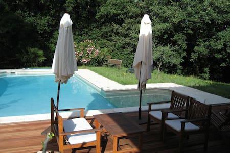 Maison spacieuse avec piscine, quartier calme - Saint Victor des Oules