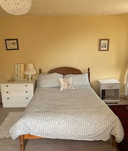 Double room in family home near Mathry