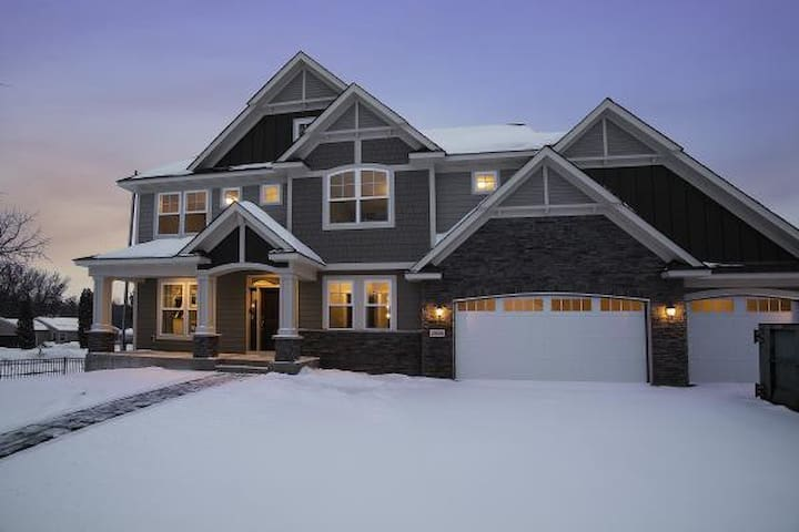 Large 5 Bed 4.5 Bath Home Close to Everything