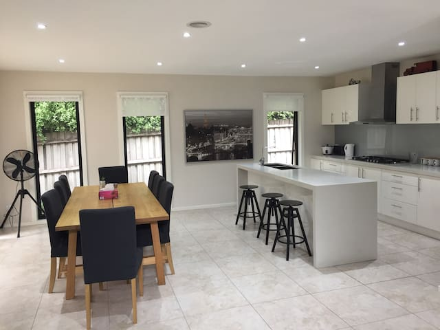 Amiable New 4 Bed room Luxury Home in Melbourne