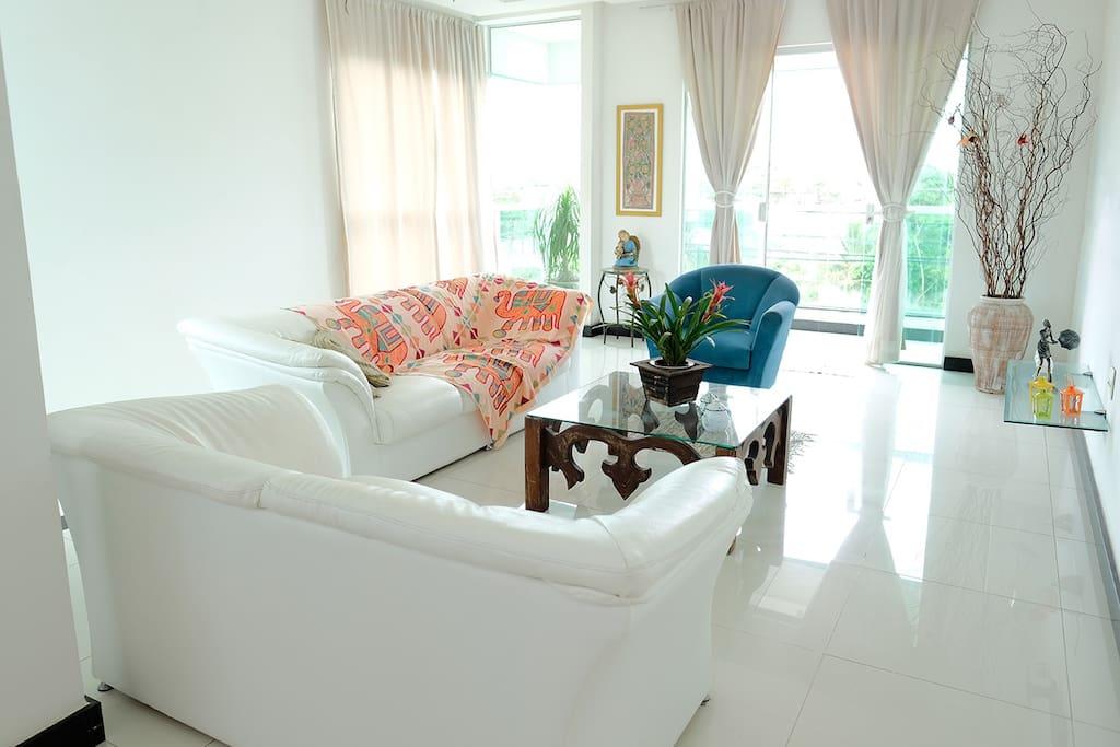 Essa é a nossa sala. This is our living room.