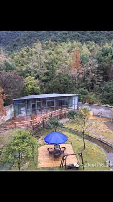 靠山的玻璃房多功能厅。