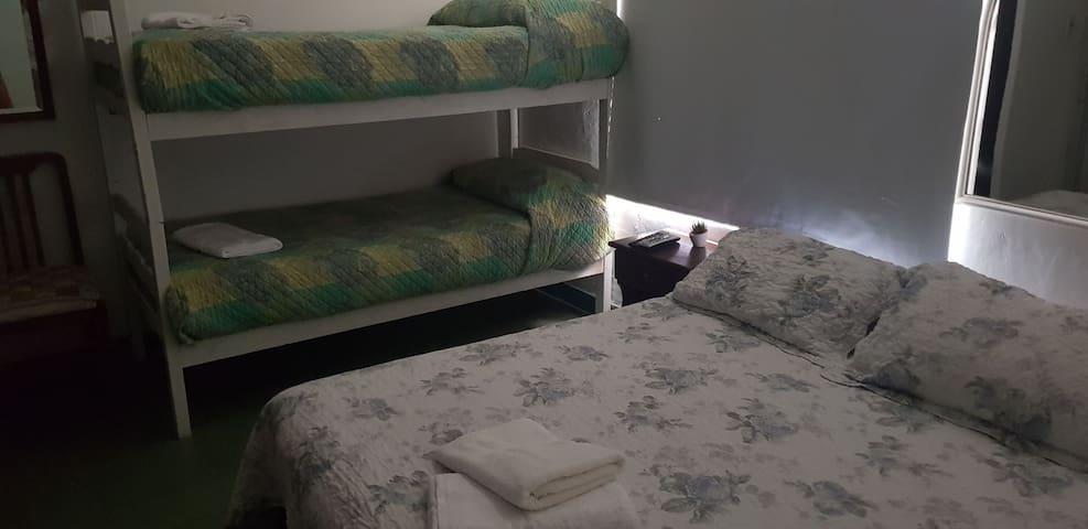 Habitación con baño privado para 4 personas