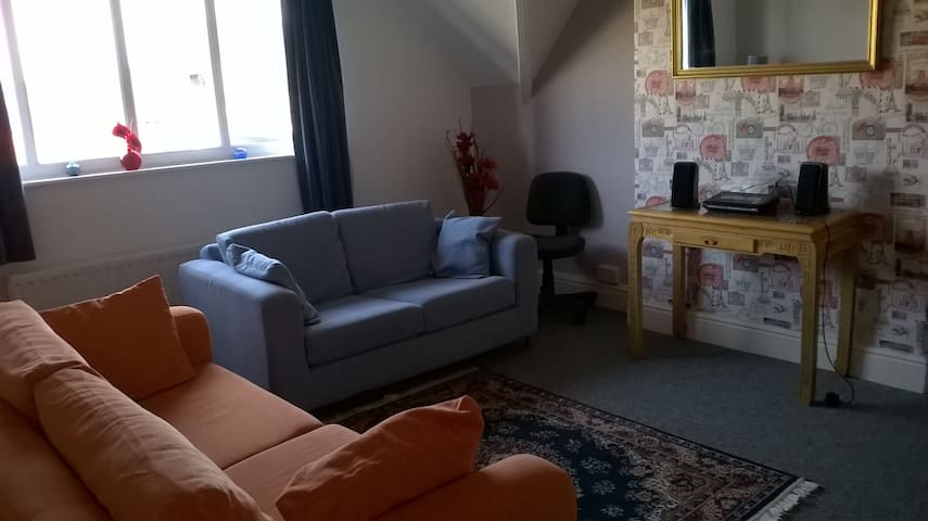Lovely Top Floor 1 Bedroom Apartment (sleeps 4) - Llandudno - Pis