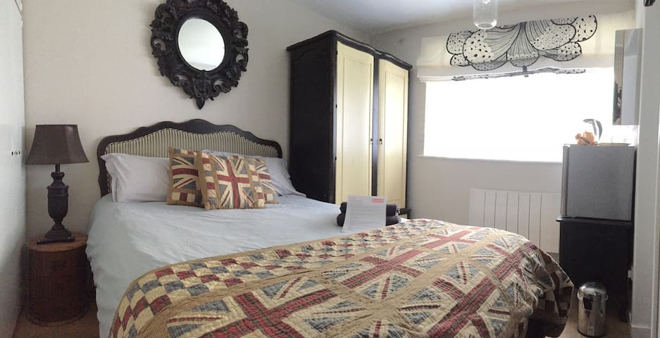 Private en-suite room, off road parking v near NEC - Catherine-de-Barnes - Huis