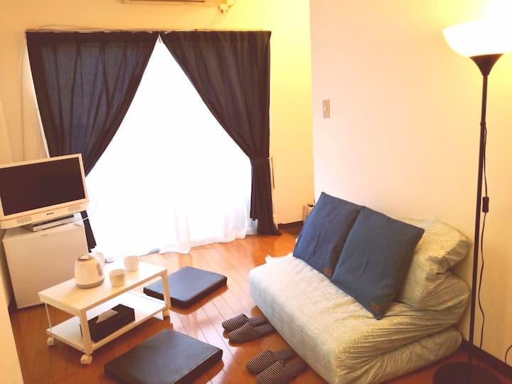 新宿駅まで部屋から10分!駅近なのに静かな快適環境の小さなマンションステイ。テレビ、WIFIフリー。